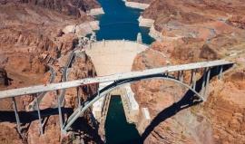 Nejslavnější přehrada Ameriky: Dělníci si máčeli čepice v asfaltu