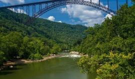 Z nejslavnějšího mostu Západní Virginie jednou za rok hromadně skáčou lidé