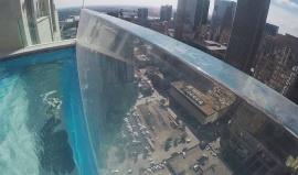 Vodní skleněná lenoška, po které se chodí nad městem