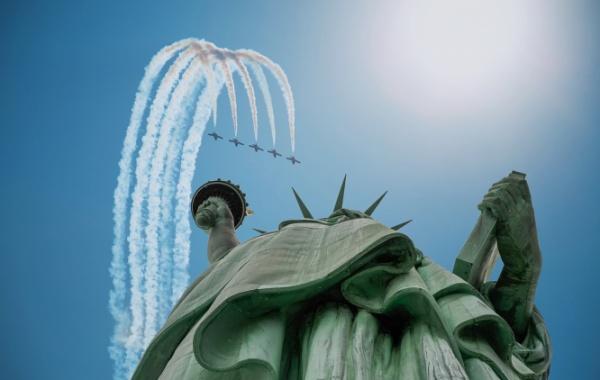Kolem sochy Svobody krouží stíhačky