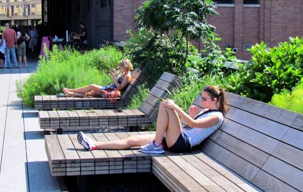 Lavičky v High Line Parku v New York City