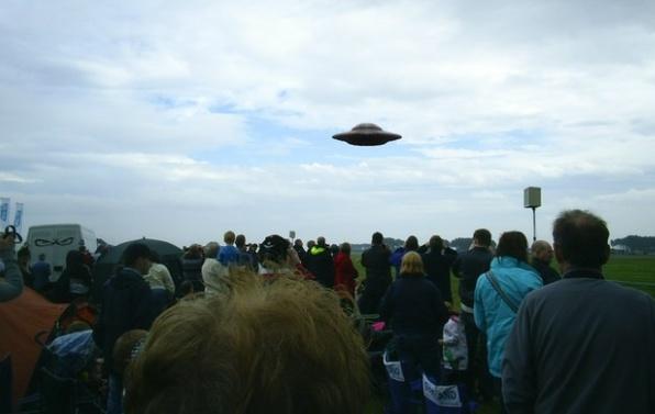 Lidé pozorující UFO