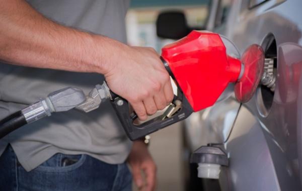 Muž na benzinové pumpě s autem - Amerika.cz