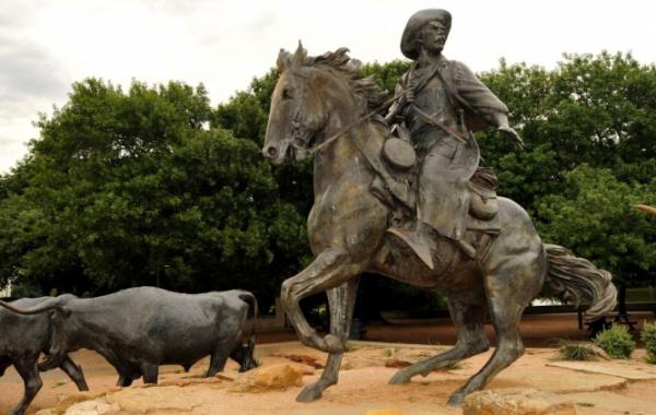 V roce 2017 zdobilo ulice města Waco 28 bronzových soch umělce Roberta Summerse