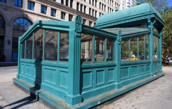 Původní dřevěný přístřešek newyorského metra v azurově barvě