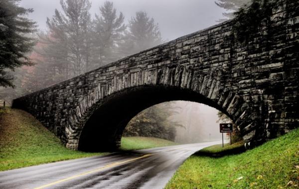 Tajemný most v mlze na silnici Blue Ridge Parkway v severovýchodní oblasti USA.