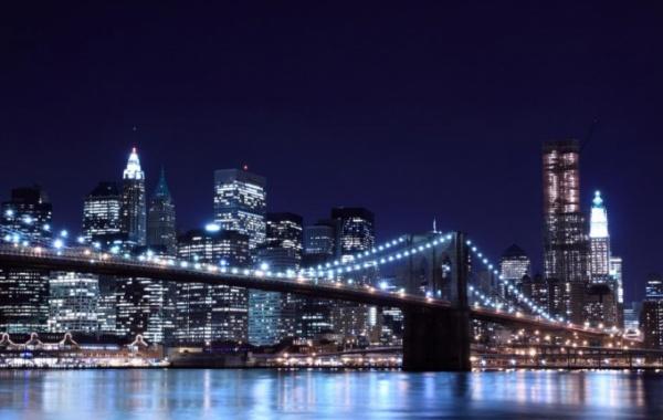 Brooklynský most v New Yorku večer.
