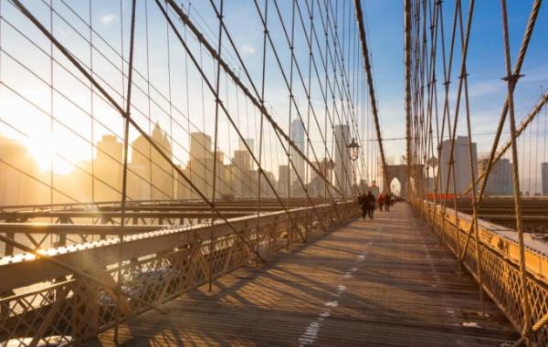 Slunce ozařující Brooklynský most
