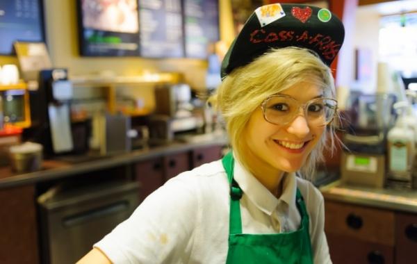 Baristka v kavárně Starbucks