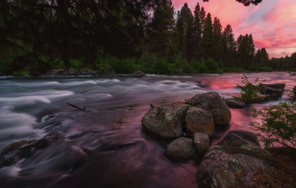 Řeka Deschutes, kterou si oblíbili zejména milovníky procházek a tybaření, během dne ožívá barvami duhy.