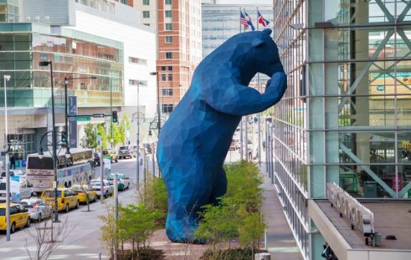 Obří modrý medvěd se usadil v Denveru