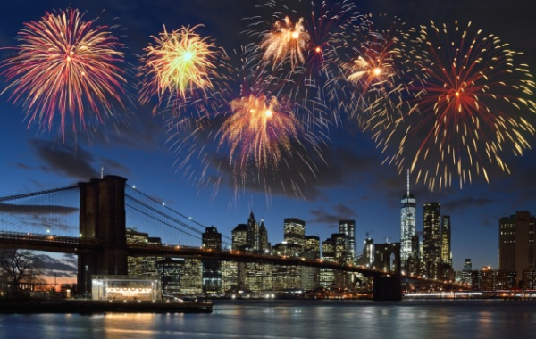 ohňostroj nad Manhattanem v New Yorku