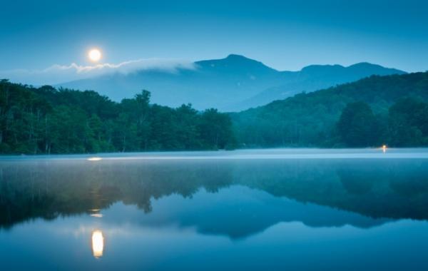 Nádherné půlnoční jezero u silnice Blue Ridge Parkway v severovýchodní oblasti USA.