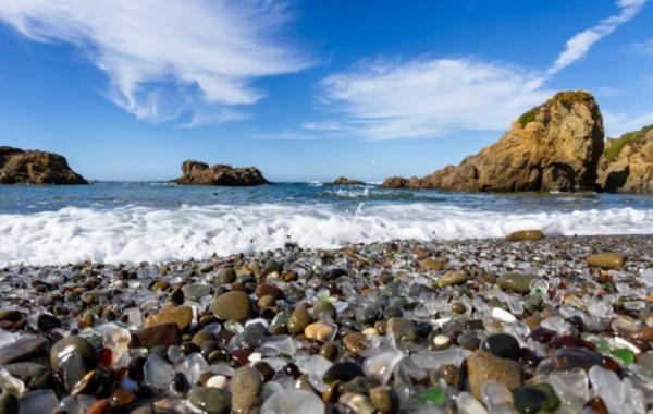 Skleněná pláž s oblázky v USA v Kalifornii