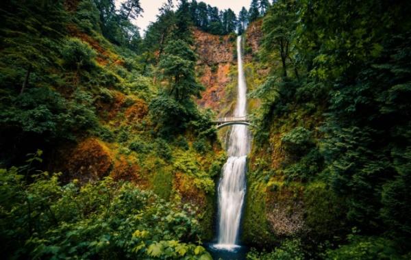 Multnomah Falls, přes 200 m, stát Oregon