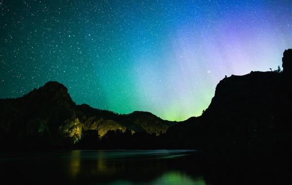 Polární záře osvětluje řeku Missouri