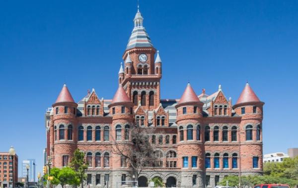 Na místě atentátu na Kennedyho stojí úchvatný rudý palác