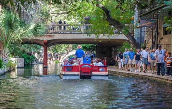 Loď na řece San Antonio, Texas - Amerika.cz