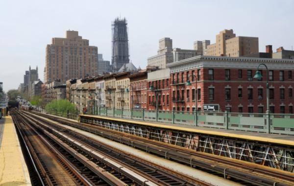 pohled na nadzemní koleje newyorkského metra