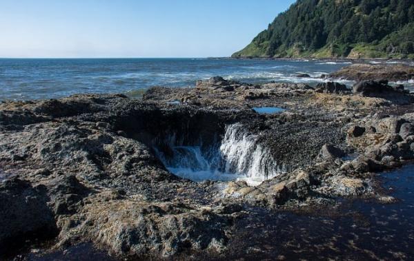 Thorova studna v Oregonu při odlivu