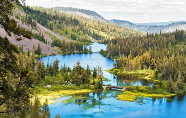 To je nádhera! Jezera Twin Lakes mezi severokalifornskými lesy