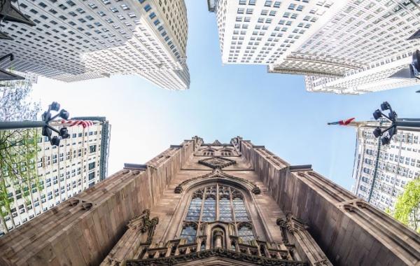 Trinity Church v New Yorku spodní pohled