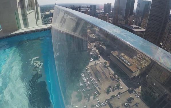 Sky pool v Houstonu - nejvyšší bazén v Texasu.