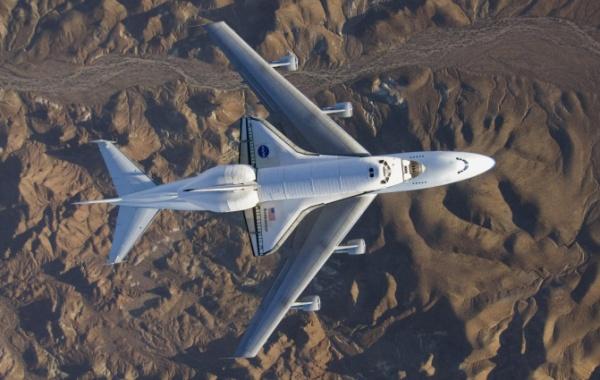 Raketoplán s vypnutými motory létal nad pouští