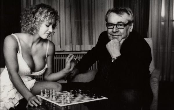 Miloš Forman hrající šachy