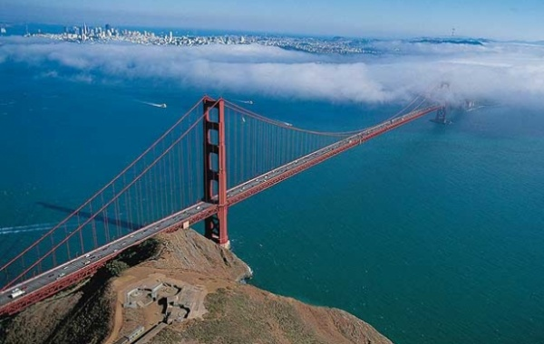 Golden Gate Bridge v mlze