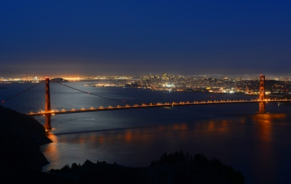 Noční atmosféra visutého mostu Golden Gate v San Francisco, Kalifornii v USA.