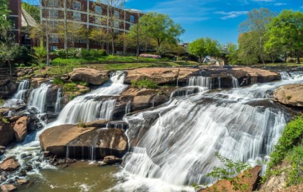Jedním z velkých lákadel města Greenville je jistě Falls Park on the Reedy, jehož součástí je několik vodopádů.