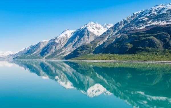 Jezero a hory na Aljašce