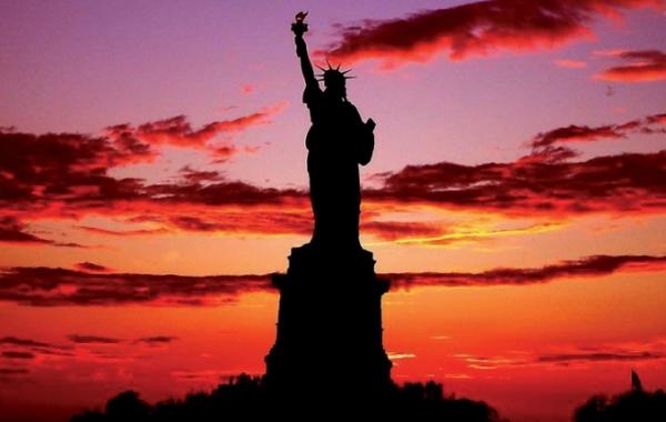 Socha Svobody při západu slunce