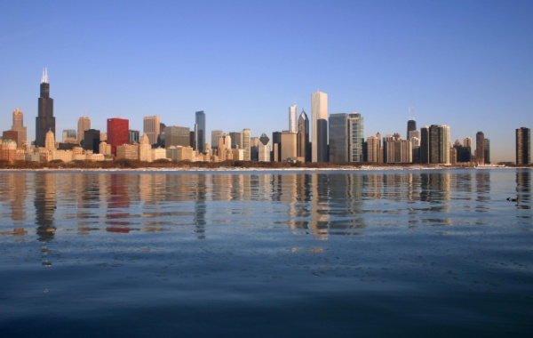 Modrá hladina Michiganské jezero u města Chicago, Illinois, USA