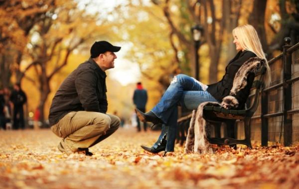 Pár v podzimním parku