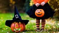 Malá a holčička a ručně vyřezávaná dýně na Halloween - Amerika.cz