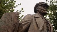 Leninovu sochu místní zdobí světýlky