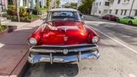 Luxusní červený Ford ve Art Deco čtvrti v Miami na Floridě.