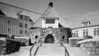 Timberline Lodge je horskou chatou nacházející se nedaleko Portlandu
