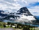 Dominantou NP Glacier je 2648 m vysoká Bearhat Mountain