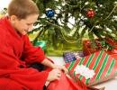 Dítě rozbaluje dárek při vánocích v USA