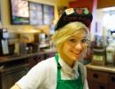 Blonďatá baristka v kavárně Starbucks