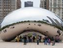 Lidé pod fazolí Cloud Gate v Chicagu