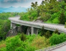 Linn Cove Viaduct na silnici Blue Ridge Parkway v severovýchodní oblasti USA.