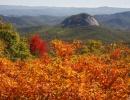Hora Looking Glass Rock na podzim v Severní Karolíně vUSA.
