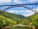 Kilometr oceli se klene nad hlubokými lesy Západní Virginie