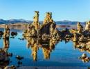 Průzračná hladina Mono Lake v Kalifornii