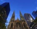 Bizarní New York: Katedrálu obklopují mrakodrapy