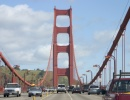 Auta jedoucí na visutém mostě Golden Gate v San Francisco, Kalifornii v USA.